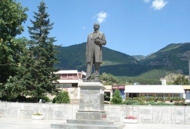 Паметникът на Иван Вазов в Сопот