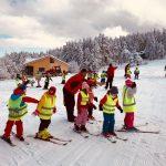 Инструктори показват на малчуганите първите стъпки със ските