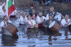 Мъжкото хоро във водите на Тунджа се проведе и тази година.