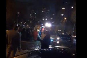 Спешните медици качват пострадал от пожара в линейката. Кадър: ПловдивПрес