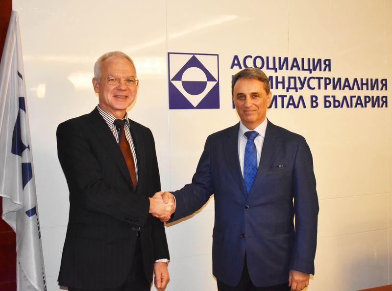 Васил Велев и проф. Моллов си стиснаха ръцете.