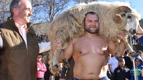 Победителят Димитър Кумчев с овена и д-р Грудев.
