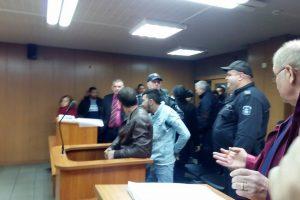 Бащата и синът Дебелакови в съдебната зала.