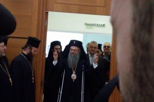 Митрополит Николай влезе в залата под песнопението на духовниците , а общинарите се изправиха на крака.