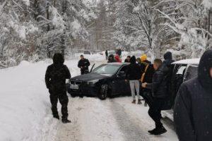 Пътят не е разчистен, автомобили и хора закъсаха.
