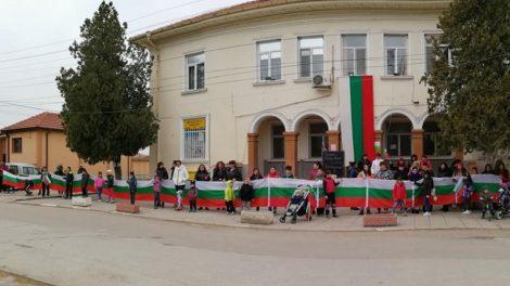 Огромният трикольор, който децата на Костиево понесоха към паметника на Бураго