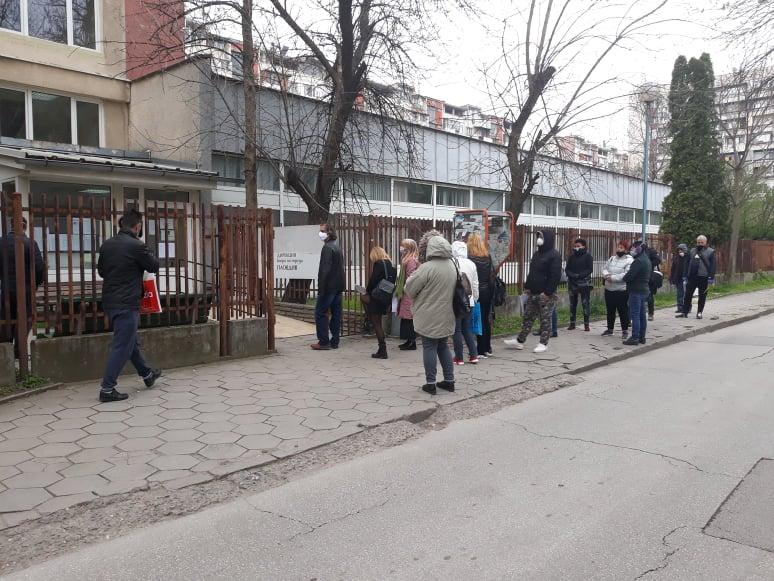 Безработните извиха опашка пред бюрото по труда.