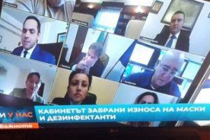 Боил Банов пуши в кабинета си. Кадър: БНТ