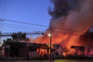 Протестиращите в Минеаполис грабят магазини, палят сгради и автомобили