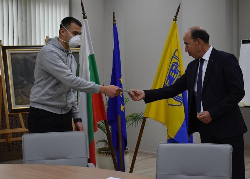 Зам.-кметът на АсеновградПетър Петров даде по 300 лева на зрелостници в нужда