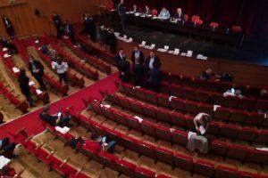 Сесията на Общинския съвет е в Дома на културата.