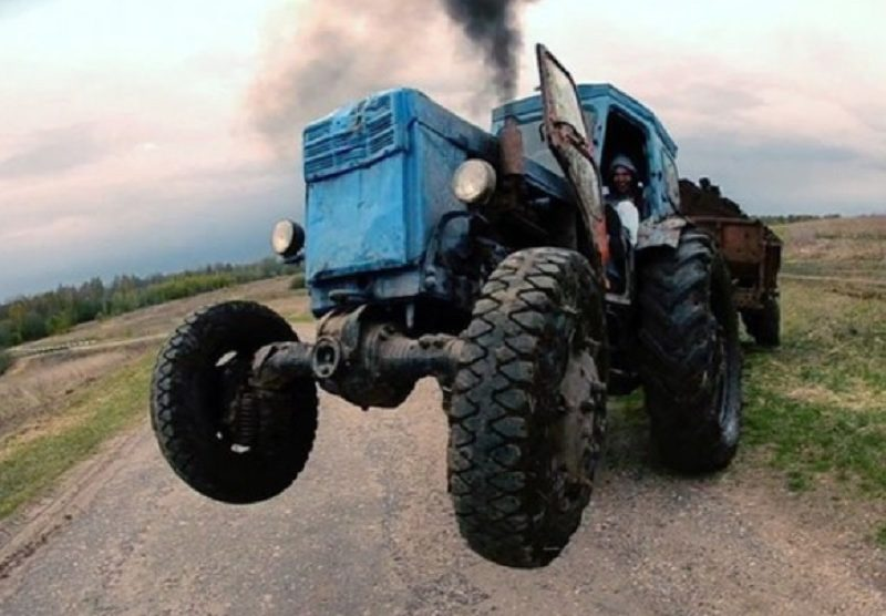 Трактор пее на поляна