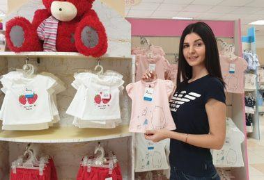 Управителката на Вис Виталис Ани Саравакова любезно посреща клиентите и ги консултира за всеки артикул.
