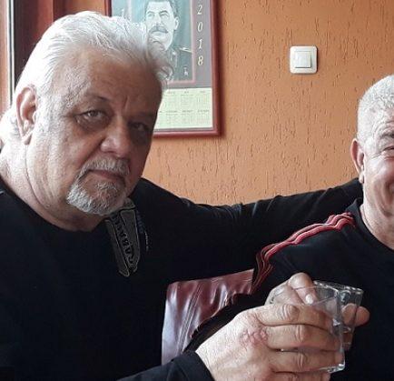Запрян Дачев / вдясно/ и Тодор Атанасов - Войводата вдигат наздравица