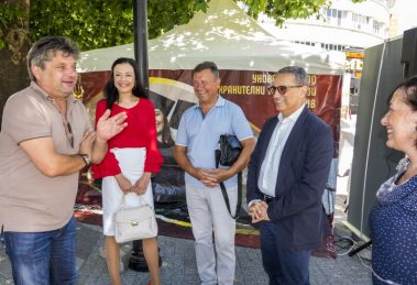 Проф. Пламен Моллов цял ден посрещаше пред шатрата в Центъра на Пловдив.