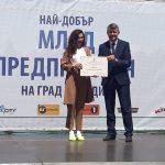 """Патриция получи своята награда в конкурса """"Най-добър млад предприемач"""" от зам.-кмета Георги Титюков"""