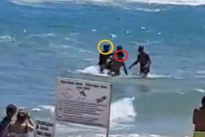 Спасителят (в жълто) респектира туриста (червено), а после го вади от водата.