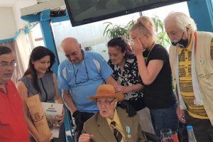 Костадин Димитров получи от кмета Здравко Димитров поздравителен адрес и бутилка отлежало червено вино