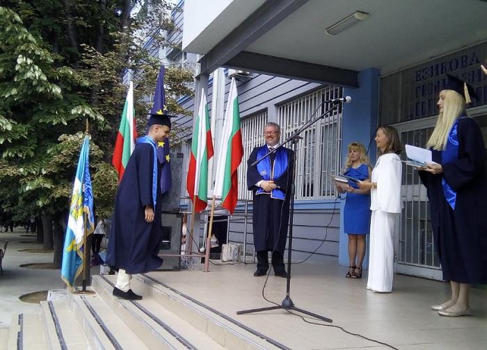 Николай Радев връчи дипломите на отличниците Георги Желязков и Гергана Георгиева