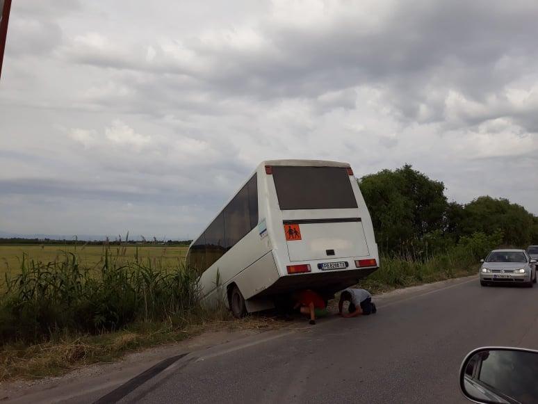 Автобусът, който се обърна в канавката на Пещерско шосе