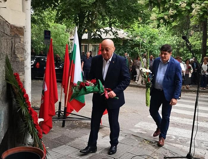 Георги Гергов поднесе цветя пред пред барелефа на Дядото