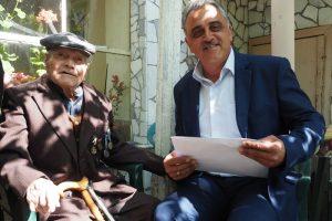 """Кметът на община """"Марица"""" Димитър Иванов връчи медал на 98-годишния ветеран Георги Кръстев"""