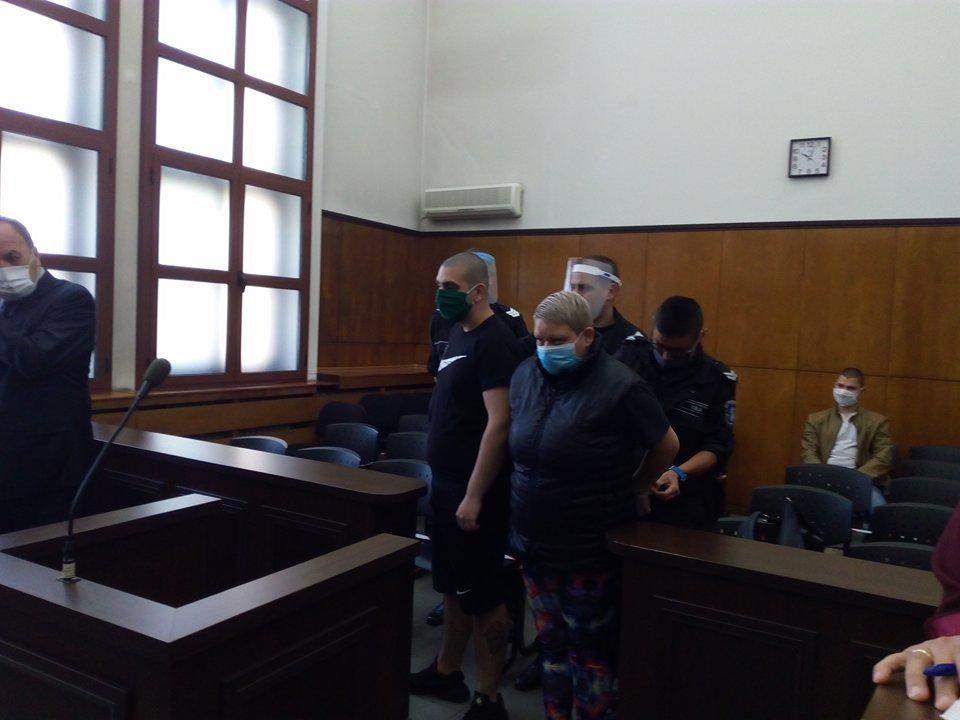 Обвинените в убийство майка и син