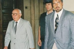 Снимката, на която се твърди, че човекът с фуражката отзад е Иван Гешев