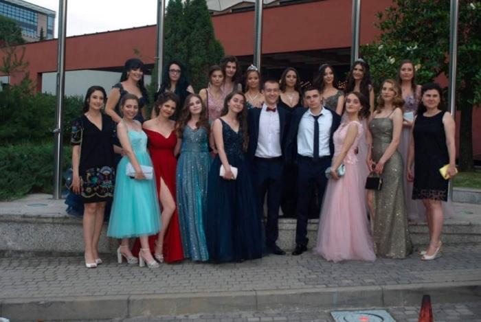 Николай Николов със съучениците си на абитуриентския бал