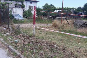 Ленти на мястото на оградата пред имота на Мавродиев.