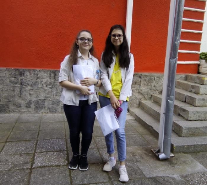 """Аделина и Елена от 7 """"д"""" клас бяха уверени, че ще се справят с изпита"""