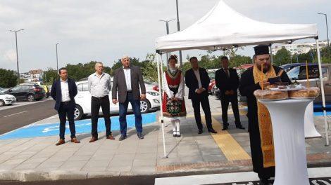 Паркингът бе осветен от отец Явор, на откриването присъстваха Здравко Димитров, Костадин Язов и зам.-кметове
