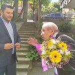 В двора на къщата си посрещна кмета на Родопи Павел Михайлов 98-годишният Радослав Костов