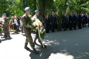 Венци и цветя на паметника на Ботев.