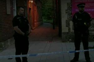 Полиция е отцепила района на нападението в Рединг.