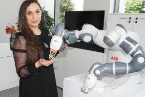 Антоанета Петрова показва робота, който може да работи в клиничка лаборатория