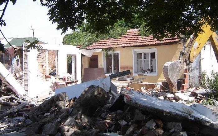 Продължава събарянето на незаконните постройки в района