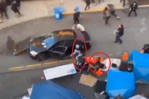 Мъжът с пистолета излиза от колата, вдясно е първата жертва.