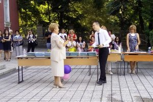 Директорът на търговската гимназия Славейка Иванова връчи първата диплома на отличника Николай Николов