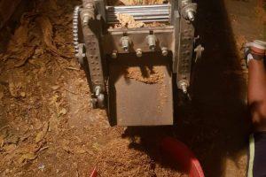 Машината за рязане на тютюн работела при нахлуването на полицията.
