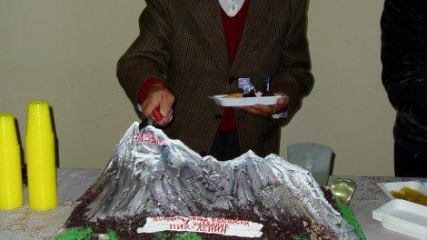 Джиджи реже юбилейна торта от изкачването на ПИК Ленин