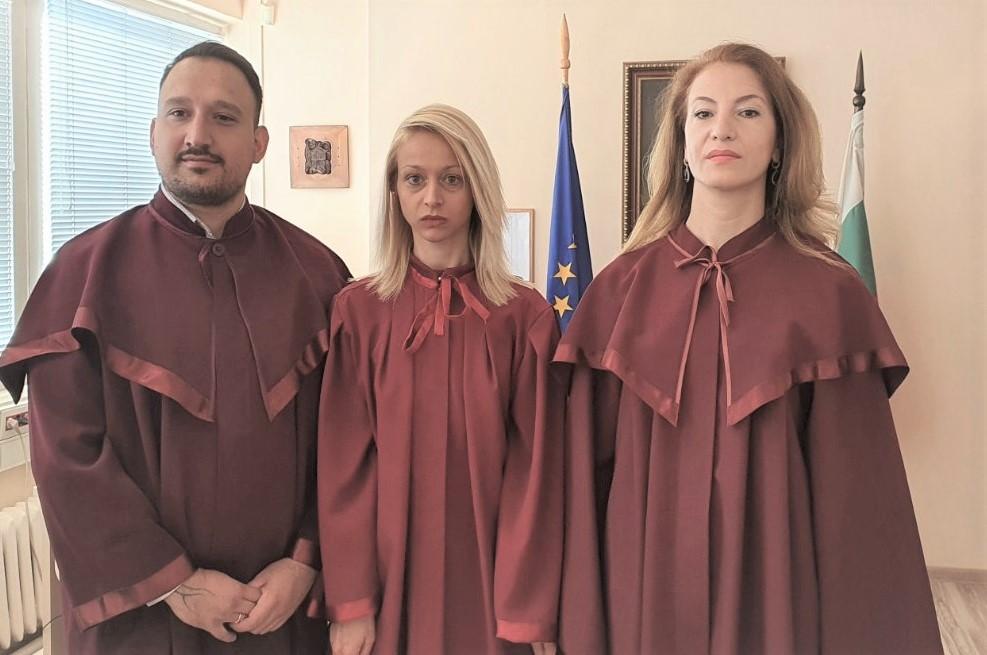 Младшите прокурори Димитър Костов, Димитринка Русенова и Илина Чобанова