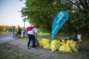 Доброволци чистиха край Гребната база
