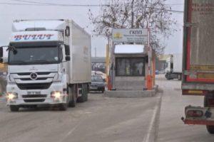 Превозвачите спряха по обед движението на Дунав мост.