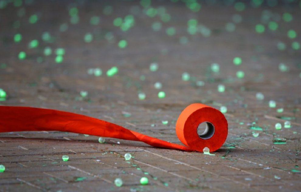 Зелени топчета и тоалетна хартия засипаха триъгълника на властта.