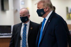 Доналд Тръмп с маска