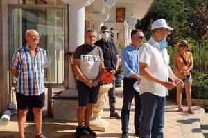 Ахмед Доган излезе пред резиденцията и благодари на депесарите.