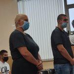 Обвинените в убийство майка и син в съдебната зала.