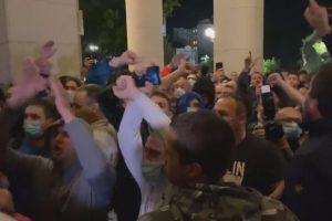 Демонстранти щурмуваха парламента в Белград, но полицията ги отблъсна-