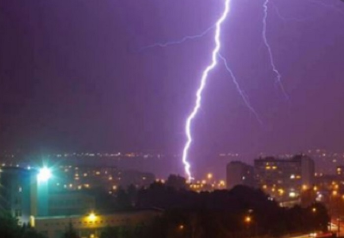 Гръмотевична буря се изви над София